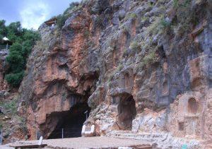 Im Höhlendunkel geschah's