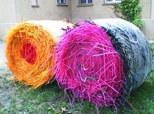 Kunst und Ballenpresse. Foto: Meyer-Gramann