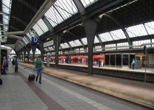 Züge fahren ab.